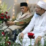 Murid Syekh Muhammad Yasin Bin Muhammad Isa Fadani RA, KH. Ahmad Marwazie Al-Makki Al-Batawi (kiri), dan Khodim Zawiyah Arraudhah, KH. Muhammad Danial Nafis (kanan), dalam rangkaian acara memperingati Haul Quthbul Aqthab wa Kahfu Amnith Thullab Al-Imam As-Sayyid Syekh Abu alHasan Ali Asy-Syadzili RodhiyaAllahu Anhu Ke-786, yang digelar secara virtual, Sabtu (26/6). Meningkatnya kurva Covid-19 disejumlah wilayah di Indonesia, menjadi alasan utama Zawiyah Arraudhah Ihsan Foundation sebagai penyelenggara membatasi jamaah yang hadir. Penerapan standar protokol kesehatan (protkes) juga menjadi kewajiban yang harus dilakukan bagi ikhwah toriqoh yang hadir.