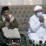 Doa bersama yang dipimpin oleh murid Syekh Muhammad Yasin Bin Muhammad Isa Fadani RA, KH. Ahmad Marwazie Al-Makki Al-Batawi (kiri), didampingi Khodim Zawiyah Arraudhah, KH. Muhammad Danial Nafis (kanan), dalam rangkaian acara memperingati Haul Quthbul Aqthab wa Kahfu Amnith Thullab Al-Imam As-Sayyid Syekh Abu alHasan Ali Asy-Syadzili RodhiyaAllahu Anhu Ke-786, yang digelar secara virtual, Sabtu (26/6). Meningkatnya kurva  Covid-19 disejumlah wilayah di Indonesia, menjadi alasan utama Zawiyah Arraudhah Ihsan Foundation sebagai penyelenggara membatasi jamaah yang hadir. Penerapan standar protokol kesehatan (protkes) juga menjadi kewajiban yang harus dilakukan bagi ikhwah toriqoh yang hadir.