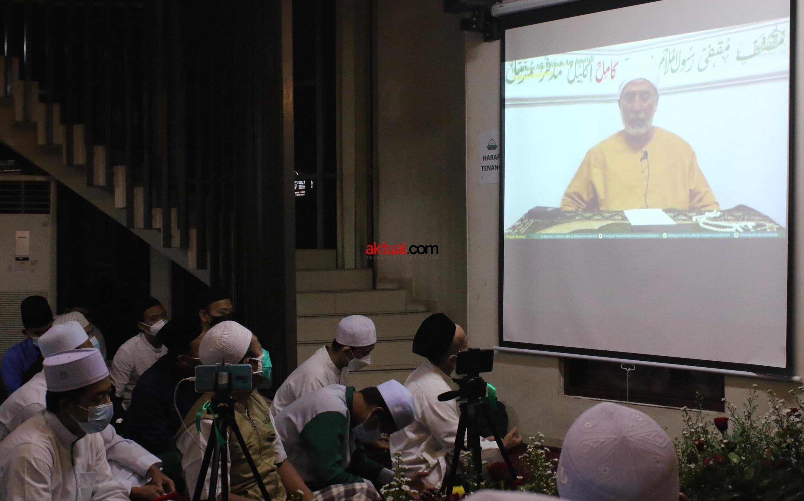 Memperingati Haul Quthbul Aqthab wa Kahfu Amnith Thullab Al-Imam As-Sayyid Syekh Abu alHasan Ali Asy-Syadzili RodhiyaAllahu Anhu Ke-786, yang digelar secara virtual, Sabtu (26/6). Meningkatnya kurva Covid-19 disejumlah wilayah di Indonesia, menjadi alasan utama Zawiyah Arraudhah Ihsan Foundation sebagai penyelenggara membatasi jamaah yang hadir. Penerapan standar protokol kesehatan (protkes) juga menjadi kewajiban yang harus dilakukan bagi ikhwah toriqoh yang hadir.