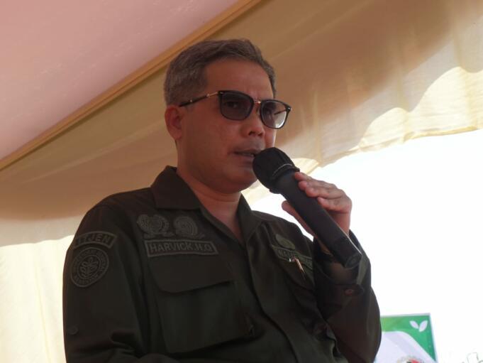 Wakil Menteri Pertanian (Wamentan), Harvick Hasnul Qolbi saat memberikan sambutan dalam Kegiatan Panen Jagung dan Penerapan Mekanisasi Pertanian yang diselenggarakan Koperasi Riau Tani Berkah Sejahtera (RTBS) di kawasan Agrowisata, Pekanbaru, Riau, Senin (21/6) siang.