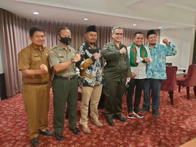 Bupati Pelalawan, Zukri Misran (Kedua dari kanan) usai bertemu dengan Wakil Menteri Pertanian (Wamentan) Harvick Hasnul Qolbi (tengah) di Pekanbaru, Riau, Senin (21/6). Foto: Warnoto/Aktual