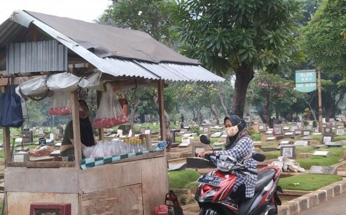Peziarah Membeli Bunga di TPU Menteng Pulo Jakarta Selatan/Antara