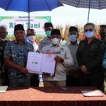 Foto bersama usai penandatanganan perjanjian kerjasama (MoU) Kontak Tani Nelayan Andalan (KTNA) dengang Koperasi Riau Tani Berkah Sejahtera (RTBS) dalam giat Panen Jagung dan Penerapan Mekanisasi Pertanian yang diselenggarakan Koperasi Riau Tani Berkah Sejahtera (RTBS) di kawasan Agrowisata, Pekanbaru, Riau, Senin (21/6) siang. Foto: Warnoto/Aktual.com