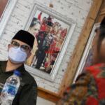 Wakil Menteri Pertanian (Wamentan) Harvick Hasnul Qolbi (kiri) bersama Ketua Umum Santri Tani NU (kanan) dalam ramah tamah jelang penandatanganan perjanjian kerjasama (MoU) Koperasi RTBS dengan DPW Santani NU, di Agrowisata RA Kopi Aren, Jl Siak Dua Palas, Pekanbaru, Riau, Senin (21/6) siang. Koperasi RTBS diberikan kepercayaan untuk mengelola lahan pertanian yang dimiliki oleh Santani NU.  Foto: Warnoto/Aktual.com