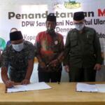 Ketua Koperasi Tani Berkah Sejahtera (RTBS), Irfan Kasogi menandatangani perjanjian kerjasama (MoU) dengan Dewan Perwakilan Wilayah Santri Tani Nahdlatul Ulama (DPW Santani NU) yang disaksikan oleh Wakil Menteri Pertanian (Wamentan) Harvick Hasnul Qolbi, di Agrowisata RA Kopi Aren, Jl Siak Dua Palas, Pekanbaru, Riau, Senin (21/6) siang. Koperasi RTBS diberikan kepercayaan untuk mengelola lahan pertanian yang dimiliki oleh Santani NU. Foto: Warnoto/Aktual.com