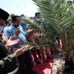 Doa bersama dalam simbolis penanaman pohon Aren oleh Wakil Menteri Pertanian (Wamentan) Harvick Hasnul Qolbi usai penandatanganan perjanjian kerjasama (MoU) Koperasi RTBS dengan DPW Santani NU, yang dipimpin oleh KH. Muhammad Danial Nafis, di Agrowisata RA Kopi Aren, Jl Siak Dua Palas, Pekanbaru, Riau, Senin (21/6) siang. Koperasi RTBS diberikan kepercayaan untuk mengelola lahan pertanian yang dimiliki oleh Santani NU.  Foto: Warnoto/Aktual.com