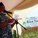 Pidato sambutan Ketua Koperasi RTBS, Irfan Kasogi dalam Kegiatan Panen Jagung dan Penerapan Mekanisasi Pertanian yang diselenggarakan Koperasi Riau Tani Berkah Sejahtera (RTBS) di kawasan Agrowisata, Pekanbaru, Riau, Senin (21/6) siang. Foto: Warnoto/Aktual.com