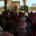 Pidato sambutan Wakil Menteri Pertanian (Wamentan) Harvick Hasnul Qolbi dalam Kegiatan Panen Jagung dan Penerapan Mekanisasi Pertanian yang diselenggarakan Koperasi Riau Tani Berkah Sejahtera (RTBS) di kawasan Agrowisata, Pekanbaru, Riau, Senin (21/6) siang. Foto: Warnoto/Aktual.com