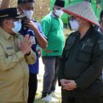 Wakil Menteri Pertanian (Wamentan) Harvick Hasnul Qolbi (kanan) bersama Wakil Gubernur Pekanbaru, Edy Nasution (kiri) usai menyaksikan penerapan mekanisasi alat pertanian Koperasi Tani Berkah Sejahtera (RTBS) di kawasan Agrowisata, Pekanbaru, Riau, Senin (21/6) siang. Foto: Warnoto/Aktual.com
