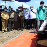 Pengurus Koperasi RTBS, Insaf Prabancana saat menerangkan penerapan mekanisasi alat pertanian pada Wakil Menteri Pertanian (Wamentan) Harvick Hasnul Qolbi yang didampingi oleh Wakil Gubernur Pekanbaru, Edy Nasution serta Walikota Pekanbaru, Firdaus juga sejumlah tokoh dan pejabat bidang pertanian dilahan yang dikelola oleh Koperasi Tani Berkah Sejahtera (RTBS) di kawasan Agrowisata, Pekanbaru, Riau, Senin (21/6) siang. Foto: Warnoto/Aktual.com
