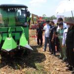 Koperasi RTBS unjuk penerapan mekanisasi alat pertanian pada Wakil Menteri Pertanian (Wamentan) Harvick Hasnul Qolbi yang didampingi oleh Wakil Gubernur Pekanbaru, Edy Nasution serta Walikota Pekanbaru, Firdaus juga sejumlah tokoh dan pejabat bidang pertanian dilahan yang dikelola oleh Koperasi Tani Berkah Sejahtera (RTBS) di kawasan Agrowisata, Pekanbaru, Riau, Senin (21/6) siang. Foto: Warnoto/Aktual.com
