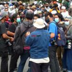 Masih di ruas Jl I Gusti Ngurah Rai, sejumlah pewarta foto masih terus mengawal aksi unjuk rasa ribuan massa simpatisan Habib Rizieq Shihab (HRS) mengawal sidang putusan HRS dalam kasus Swab Rumah Sakit Ummi yang digelar di Pengadilan Negeri Jakarta Timur, Kamis (24/6) . Foto: Warnoto / Aktual.com