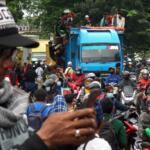 Massa simpatisan mulai berangsur membubarkan diri dari ruas Jl I Gusti Ngurah Rai dengan iringan solawat dan takbir. Foto: Warnoto / Aktual.com