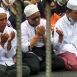Usai melaksanakan shalat Dzuhur berjamaah, sejumlah massa simpatisan Habib Rizieq Shihab (HRS) panjatkan doa keselamatan dan perlindungan untuk Imam Besar Habib Rizieq Shihab (IB HRS) di ruas Jl I Gusti Ngurah Rai, Klender Jakarta Timur dalam sidang putusan HRS dalam kasus Swab Rumah Sakit Ummi yang digelar di Pengadilan Negeri Jakarta Timur, Kamis (24/6). Foto: Warnoto / Aktual.com