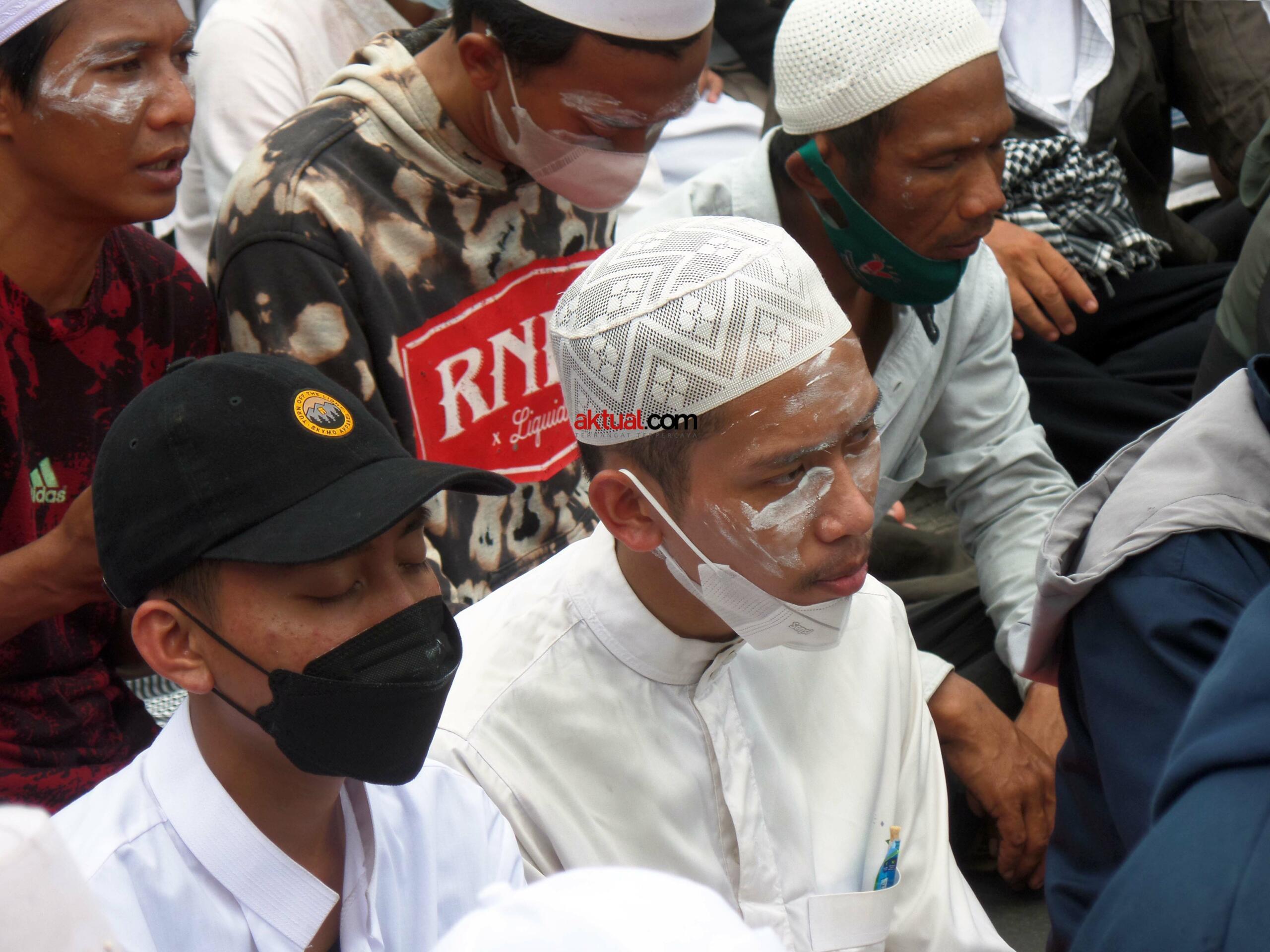Dipimpin imam shalat, sejumlah massa simpatisan Habib Rizieq Shihab (HRS) panjatkan doa keselamatan dan perlindungan untuk Imam Besar Habib Rizieq Shihab (IB HRS) di ruas Jl I Gusti Ngurah Rai, Klender Jakarta Timur dalam sidang putusan HRS dalam kasus Swab Rumah Sakit Ummi yang digelar di Pengadilan Negeri Jakarta Timur, Kamis (24/6). Foto: Warnoto / Aktual.com