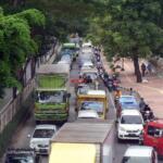 Akibat dari aksi unjuk rasa ribuan massa simpatisan Habib Rizieq Shihab (HRS), ruas Jl I Gusti Ngurah Rai arah Jatinegara mengalami kemacetan yang cukup parah. Demo digelar untuk mengawal sidang putusan HRS dalam kasus Swab Rumah Sakit Ummi yang digelar di Pengadilan Negeri Jakarta Timur, Kamis (24/6). Foto: Warnoto / Aktual.com