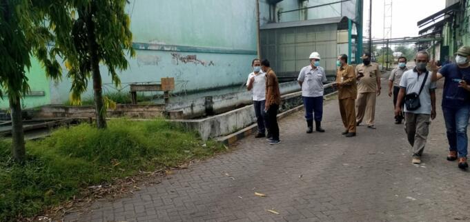 Kabid Tata Lingkungan DLH Jember bersama DPRD Jember Sidak di PG Semboro/foto: AZIZ