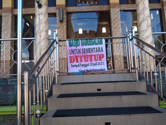 Salah satu Masjid di Probolinggo yang tutup dengan bertuliskan 'masjid babussalam untuk sementara di tutup sampai tanggal 20 Juli 2021