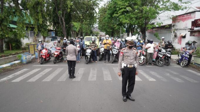 Aksi Mengheningkan Cipta oleh Polresta Probolinggo di Perempatan Brak/foto: Istimewa