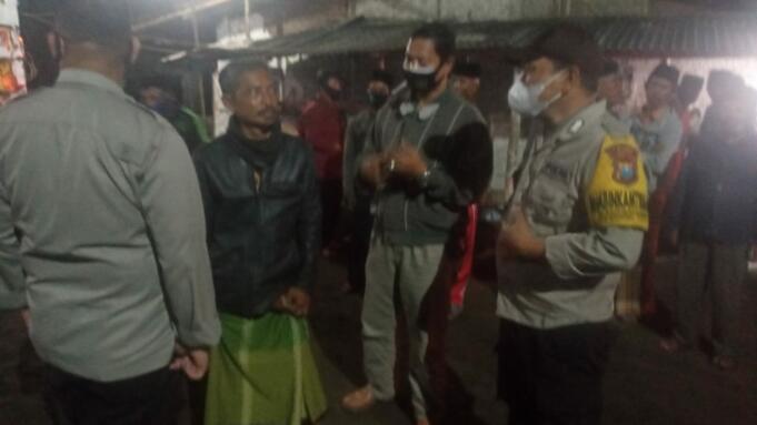 Saat tim gabungan melakukan pembubaran arisan Pencak Silat di Desa Mumbulsari, Jember/foto: Aziz