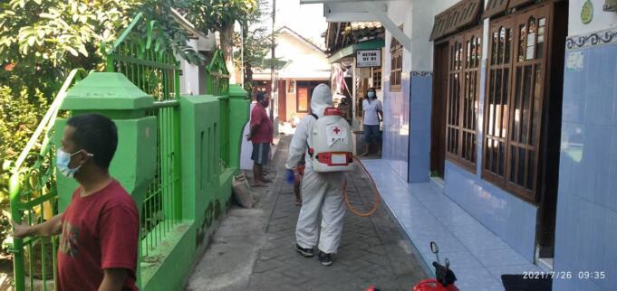 Penyemprotan Disinfektan di rumah padat penduduk oleh Tim Relawan PMI Jember. Foto/Aziz.