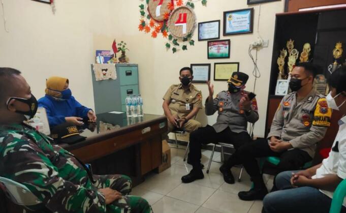 Muspika Kaliwates bersama Tiga Pilar saat klarifikasi kepada kepala Puskesmas Jember Kidul terkait video ambulan yang viral. Foto/Aziz