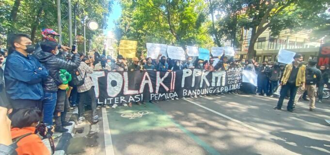 Aksi Demi Tolak PPKM di Bandung/radarcirebon