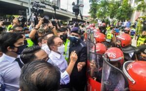 Anwar Ibrahim saat dihadang polisi dan dilarang masuk ke kompleks parlemen Malaysia, Senin (2/8).