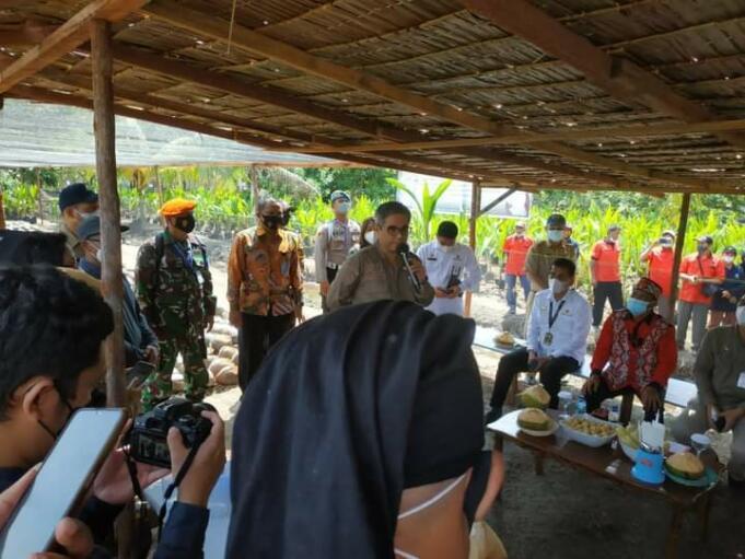 Wakil Menteri Pertanian (Wamentan) saat memberikan sambutan usai menyerahkan benih kelapa secara simbolis di Kabupaten Kubu Raya, Kalimantan Barat, Selasa (3/8). (Foto: Aktual/Arbi Marwan)