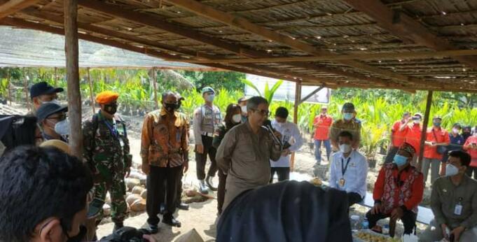 Wakil Menteri Pertanian (Wamentan), Harvick Hasnul Qolbi saat memberikan sambutan usai menyerahkan benih kelapa secara simbolis kepada petani di Kubu Raya, Kalimantan Barat, Selasa (3/8). (Foto: Arbi Marwan/Aktual)