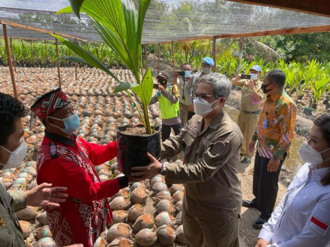 Wakil Menteri Pertanian RI, Harvick Hasnul Qolbi secara simbolis menyerahkan benih kelapa kepada Masyarakat Petani Kabupaten Kubu Raya, Kalimantan Barat, Selasa (3/8/2021). (Foto: Aktual / Arbie Marwan)