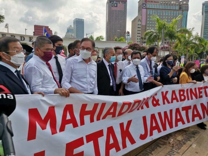 Kelompok oposisi Malaysia Aksi protes penundaan sidang khusus parlemen di Dataran Tinggi, Kuala Lumpur, Malaysia, Senin (2/8).