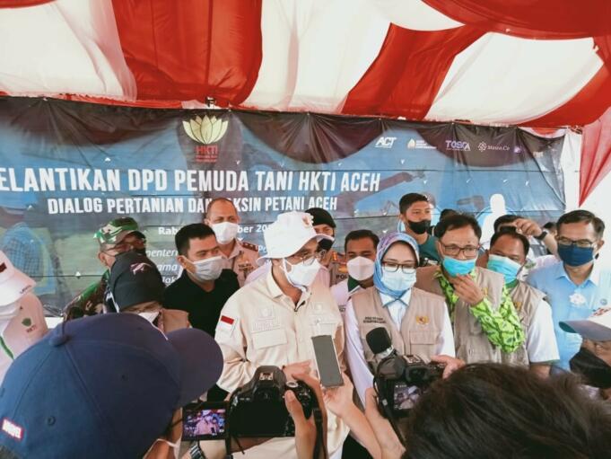 Wakil Menteri Pertanian RI, Harvick Hasnul Qolbi usai menghadiri pelantikan pengurus DPD Pemuda Tani HKTI Aceh dan Vaksin Tani se-Aceh di Kawasan Perkebunan Kurma Barbate, Aceh Besar pada Rabu (8/9).