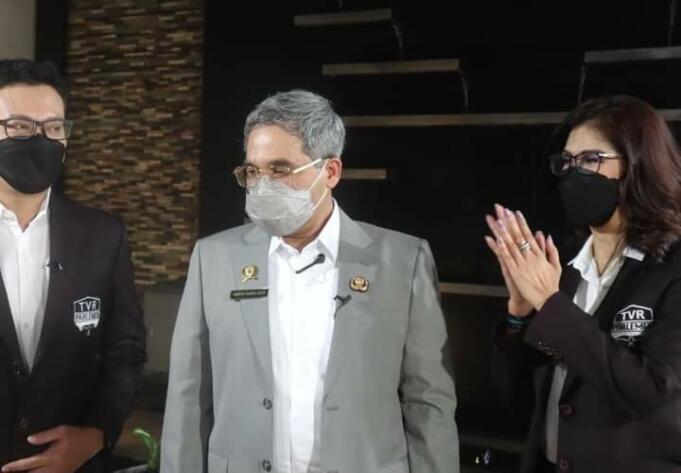 Wakil Menteri Pertanian (Wamentan) RI, Harvick Hasnul Qolbi (tengah) usai melakukan wawancara dengan TV Parlemen di Senayan, Jakarta. (Dok. Pribadi)