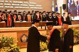 Supandi saat dikukuhkan sebagai Guru Besar Ilmu Hukum Universitas Diponegoro, Semarang, Jawa Tengah.