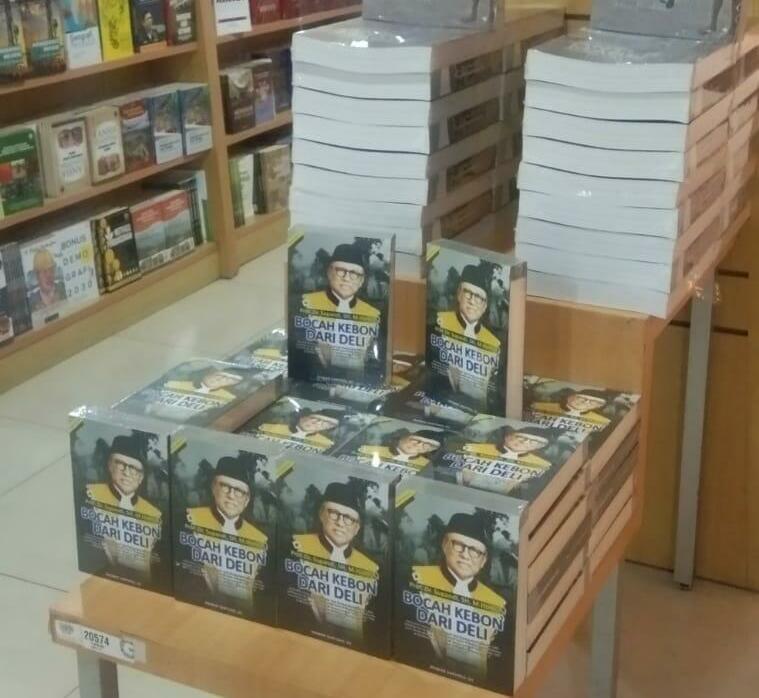 Buku Bocah Kebon Dari Deli di toko buku Gramedia Matraman, Jakarta.
