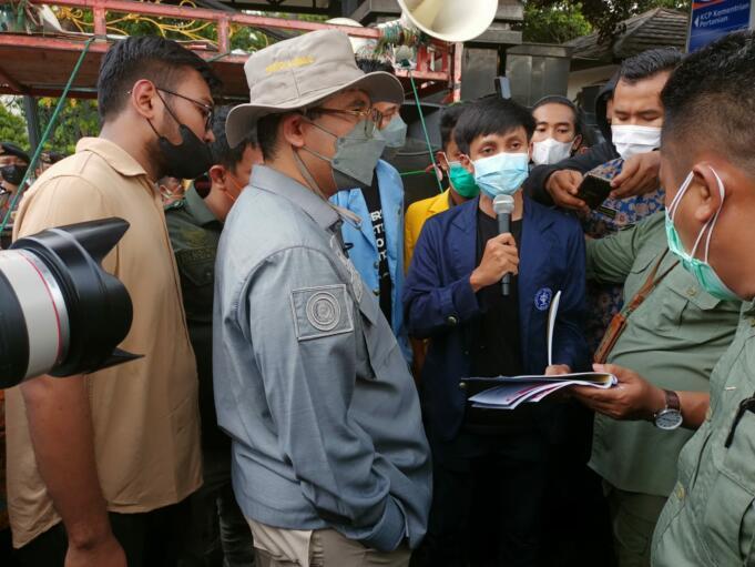 Wakil Menteri Pertanian RI, Harvick Hasnul Qolbi saat menemui massa aksi di depan Gedung Kementerian Pertanian, Jakarta, Jumat (24/9).