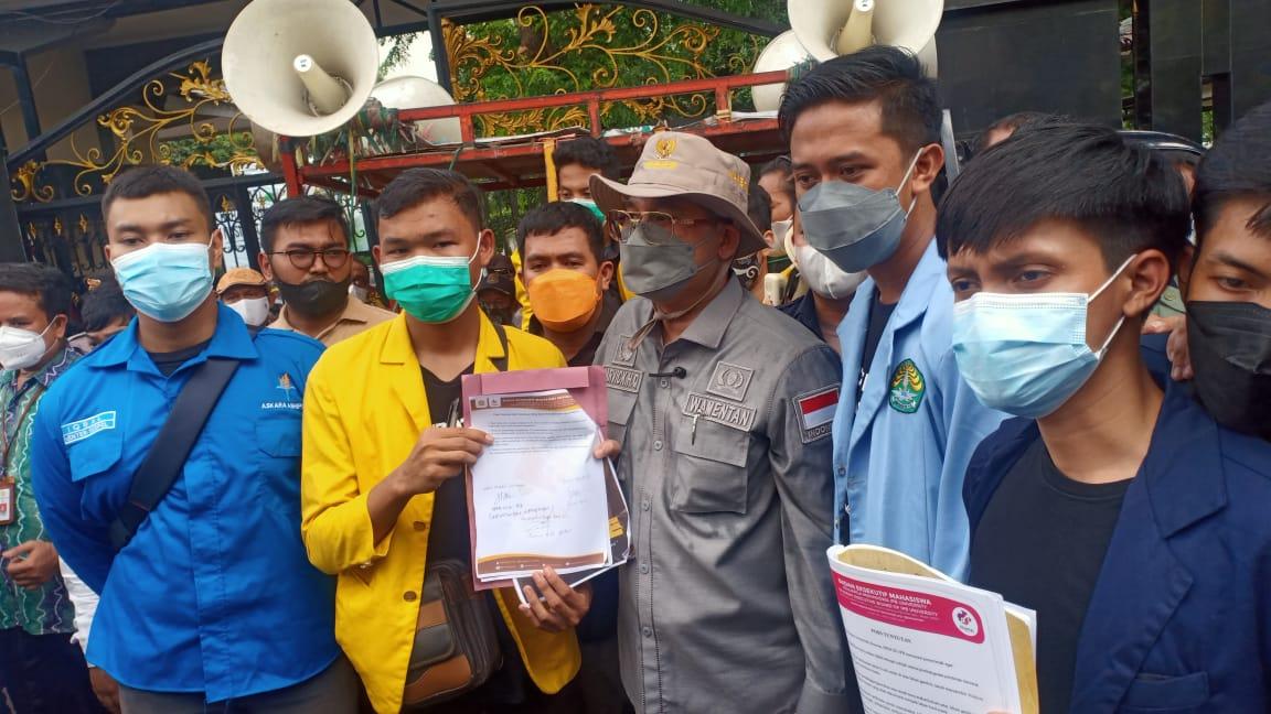 Wakil Menteri Pertanian RI, Harvick Hasnul Qolbi (tengah) saat menerima tuntunan massa aksi di depan Gedung Kementerian Pertanian, Jakarta, Jumat (24/9).