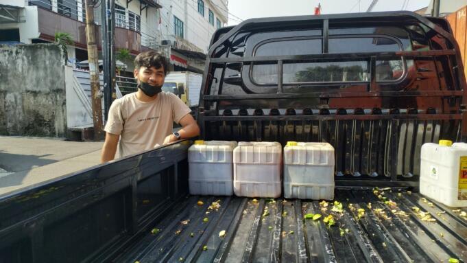 Salah seorang peserta sedekah minyak jelantah di depan kantor LAZAR, Jakarta, Selasa (28/9).