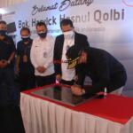 Penandatangan prasasti oleh Wakil Menteri Pertanian Harvick Hasnul Qolbi, di PT RASS Mandiri, perusahaan yang bergerak di sektor importir daging, di Jl Raden Inten, Jakarta Timur Rabu (15/9). AKTUAL / WARNOTO