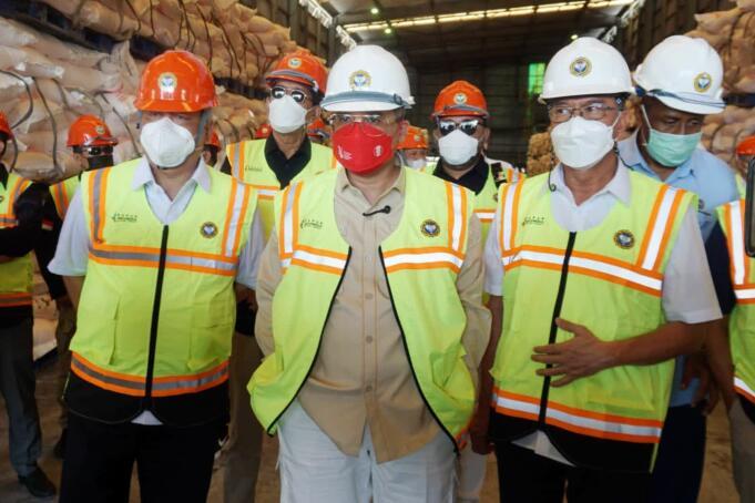 Wakil Menteri Pertanian RI, Harvick Hasnul Qolbi (tengah) saat meninjau pabrik dan gudang PT Pupuk Iskandar Muda di Kecamatan Dewantara, Kabupaten Aceh Utara, Rabu (8/9)