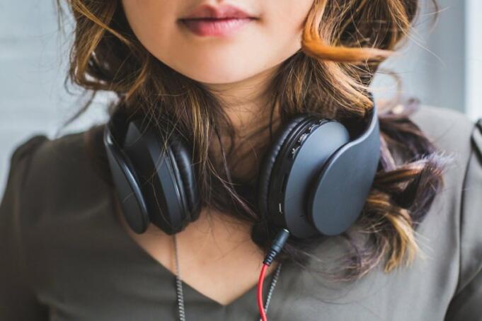Ilustrasi Seorang Wanita Sedang Mendengarkan Musik/Antara