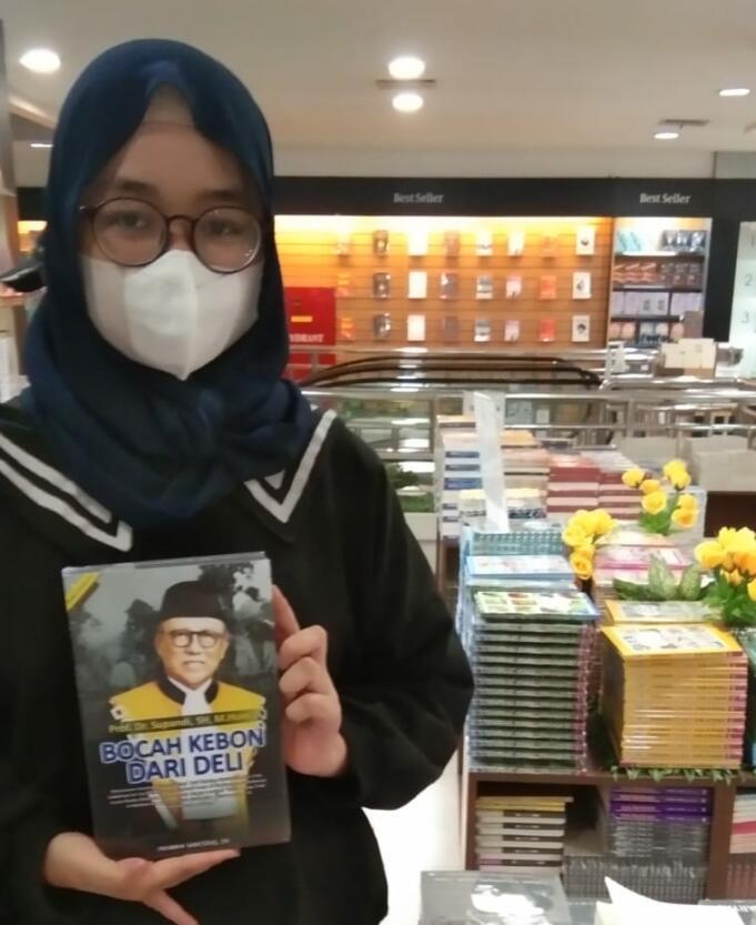 Buku 'Bocah Kebon Dari Deli' diserbu kalangan milenial di Gramedia Matraman, Jakarta.